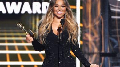 """Mariah Carey segurando o seu """"Icon Award"""""""